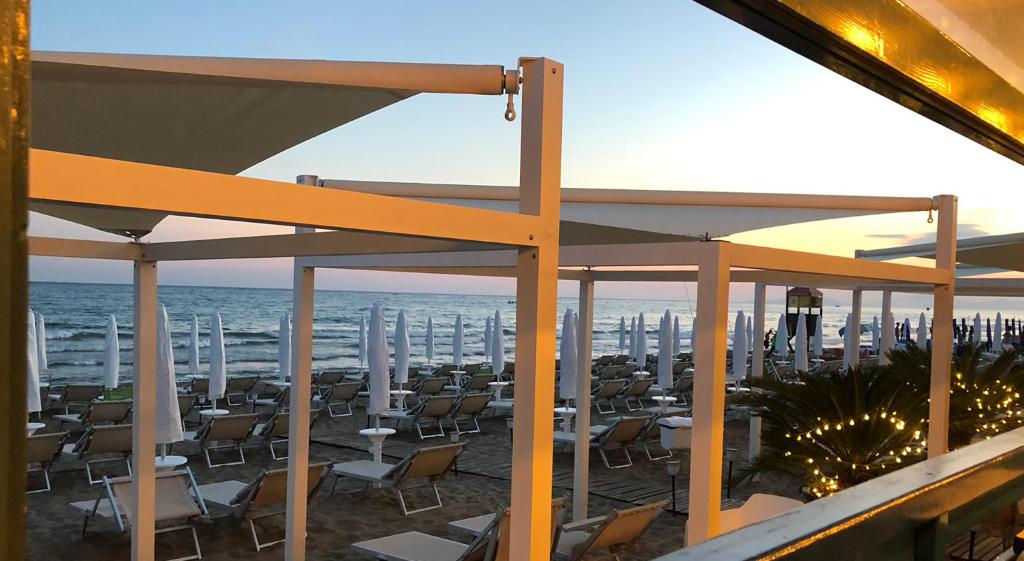 ammare_bagno_sirena_castiglione_della_pescaia_spiaggia_gallery_ombrelloni_gazebo