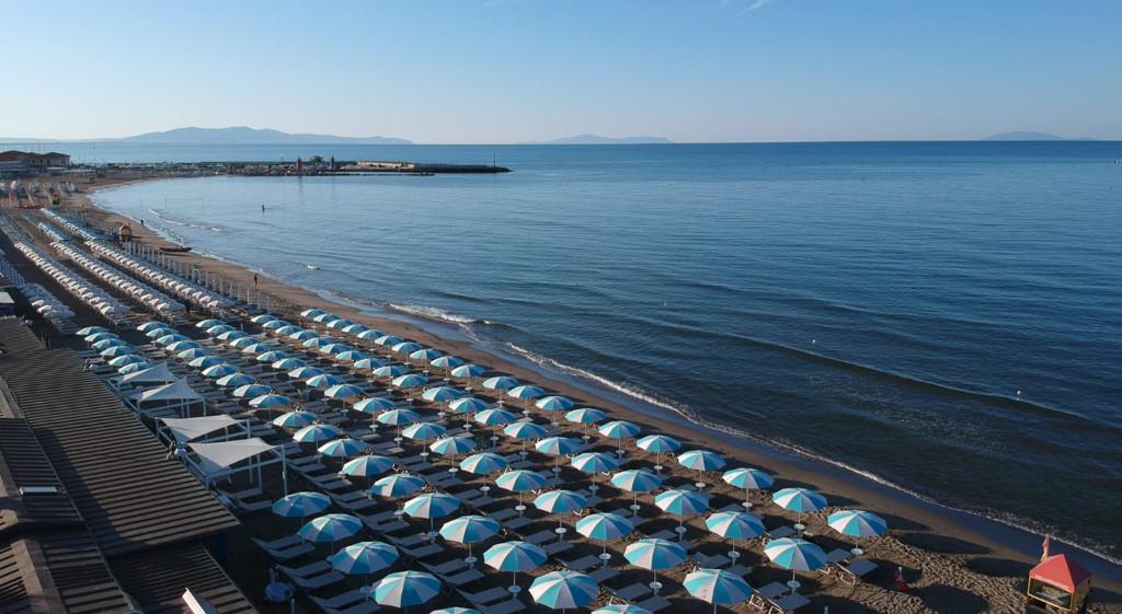ammare_bagno_sirena_castiglione_della_pescaia_spiaggia_gallery_ombrelloni_mattino